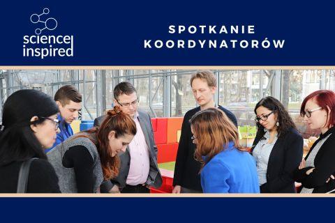 Grafika zapowiadająca spotkanie koordynatorów w ramach programu Science Inspired. Na zdjęciu grupka osób patrząca w jedno miejsce