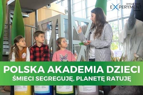 Miniaturka filmu z cyklu Polska Akademia Dzieci pt. Śmieci segreguję, planetę ratuję. Na zdjęci kobieta tłumacząca coś trójce dzieci