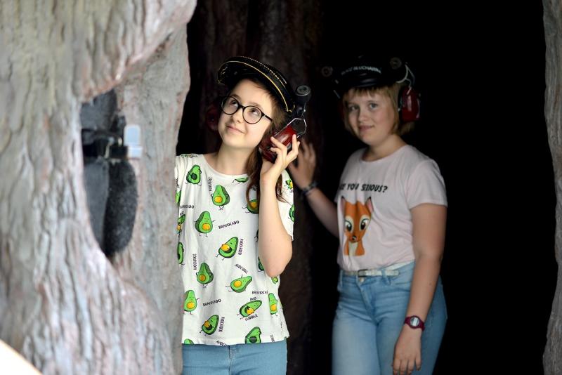 Na zdjęciach są dwie dziewczynki na wystawie drzewo życia w Centrum Nauki EXPERYMENT
