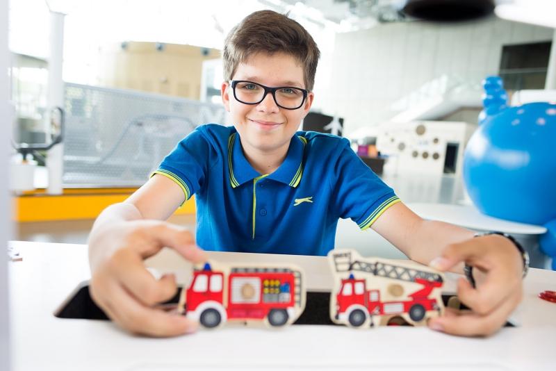Na zdjęciu jest chłopiec w wieku około 12 lat na wystawie w Centrum Nauki EXPERYMENT