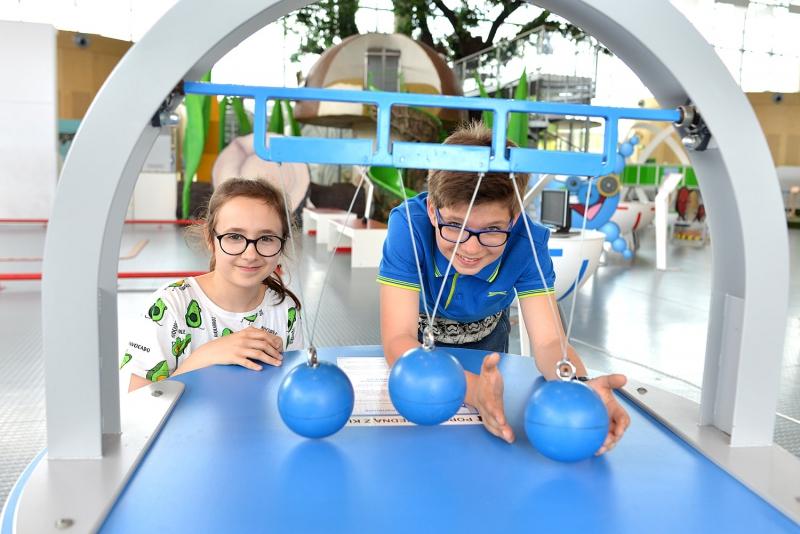 Na zdjęciu jest dwójka dzieci - chłopiec i dziewczynka na wystawie niewidoczne siły w Centrum Nauki EXPERYMENT