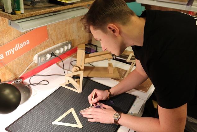 Na zdjęciu widać edukatora Experymentu w warsztacie