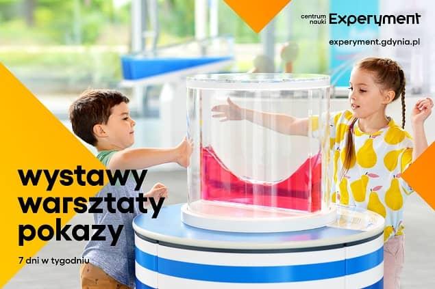 Grafika promująca rodzinne wakacje w Experymencie. Na zdjęciu dwoje dzieci przy stanowisku Parabola.