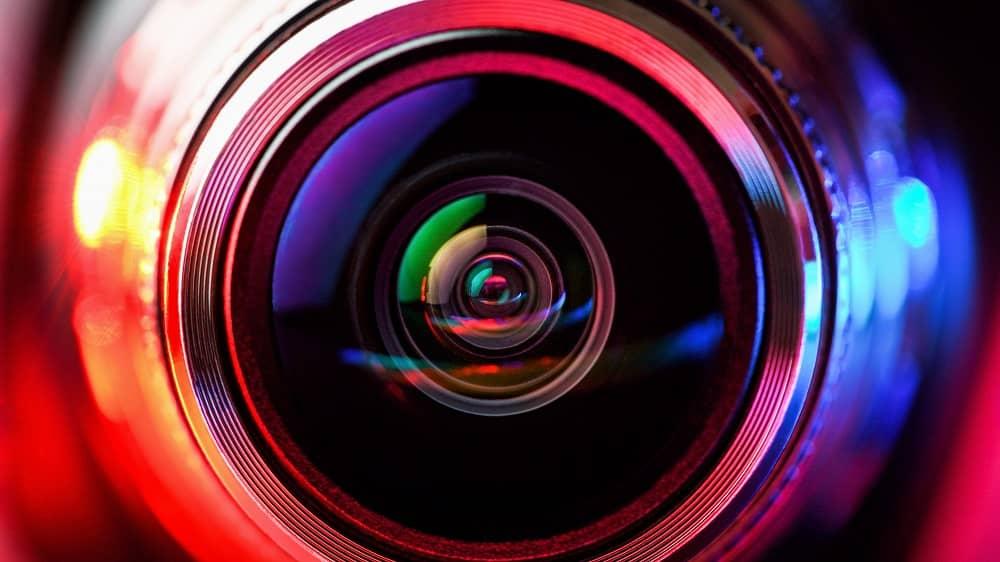 obiektyw aparatu z czerwono-niebieskim podświetleniem