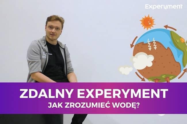 Miniaturka do filmu z cyklu ZDALNY EXPERYMENT pod tytułem Jak zrozumieć wodę?. Na zdjęciu mężczyzna, a obok niego model Ziemi.