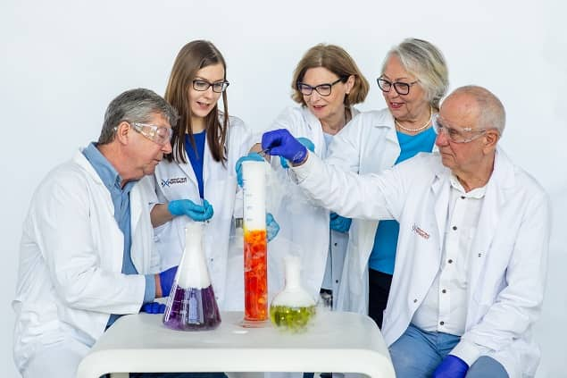 Zdjęcie grupy seniorów wykonujących doświadczenie z edukatorem Experymentu